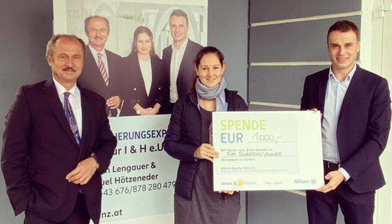 Übergabe eines Schecks von 1000€ an das Familien- und Sozailhilfezentrum Schärding. Auf dem Foto: Johann Lengauer, Julia Obereder, Manuel Hötzeneder
